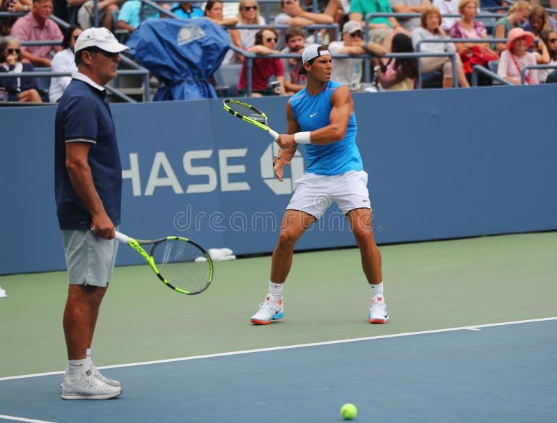 Quatorze champions Rafael Nadal de Grand Chelem de périodes de l'Espagne avec son entraîneur Tony Nadal pratiquent pour l'US Open photos stock