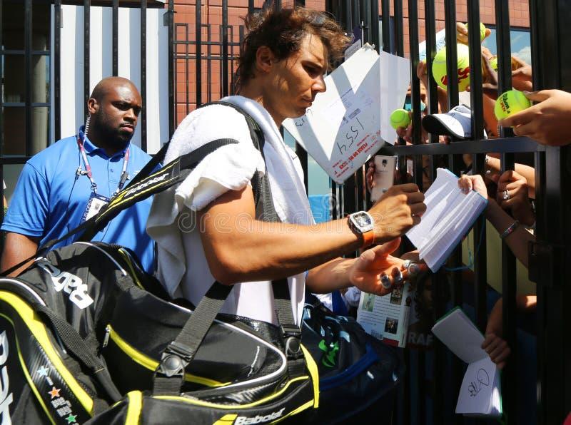 Quatorze champions Rafael Nadal de Grand Chelem de périodes des autographes de signature de l'Espagne après la pratique pour l'US photos libres de droits
