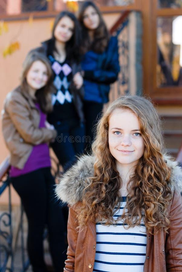 Quatre amies de l'adolescence heureux photographie stock
