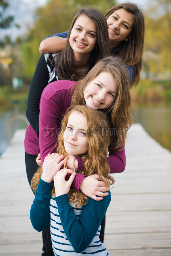 Quatre amis adolescents heureux photo stock