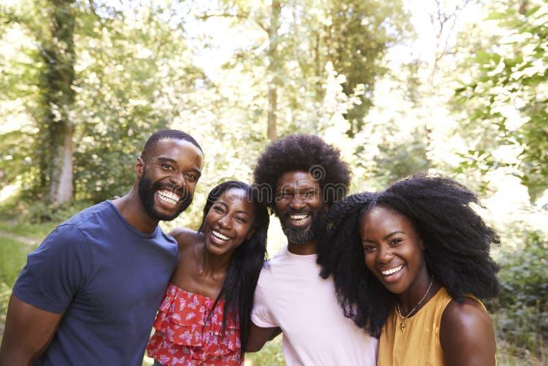 Quatre amis adultes noirs dans la forêt, tête et épaules images libres de droits