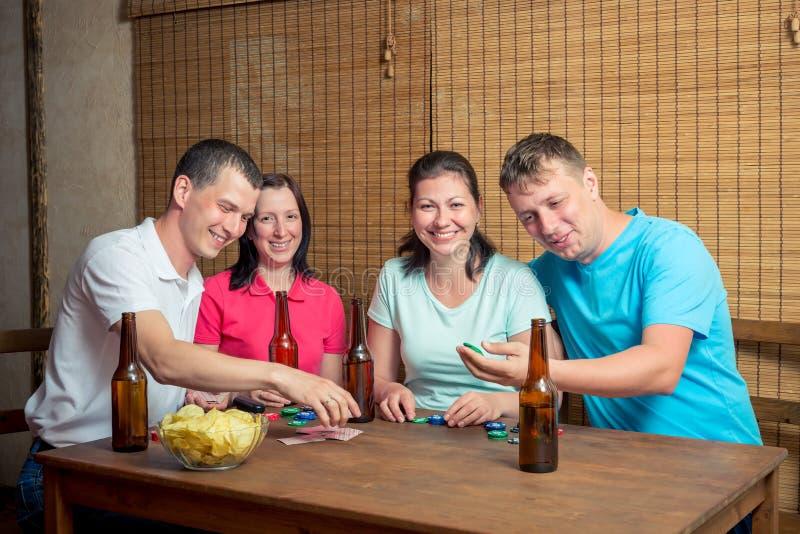 Quatre amis heureux tout en jouant le tisonnier photos libres de droits