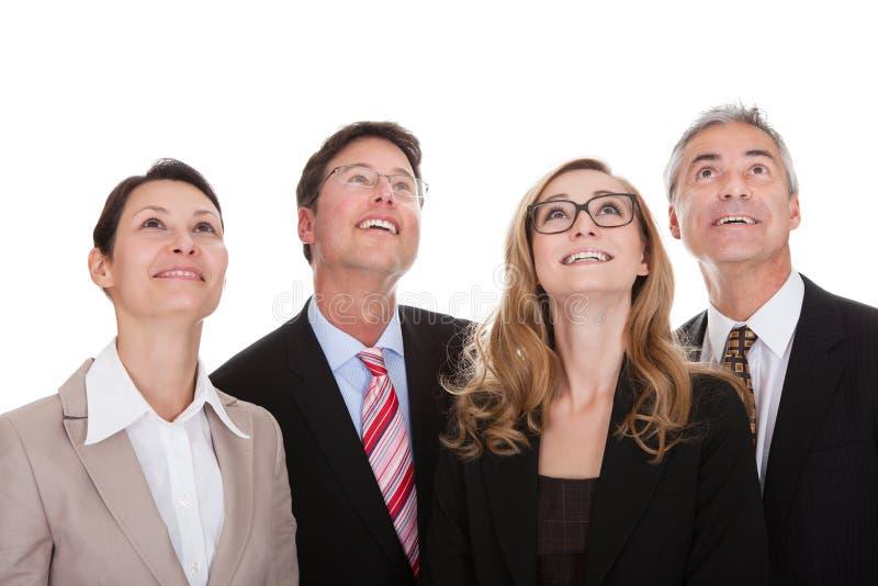 Quatre associés heureux recherchant photos libres de droits
