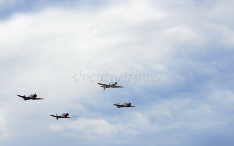 Quatre avions de cru contre le ciel photos stock