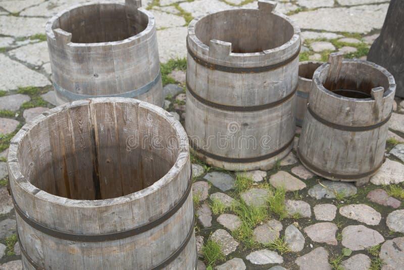 Quatre barils vides de l'eau sur la cour pierreuse photographie stock libre de droits