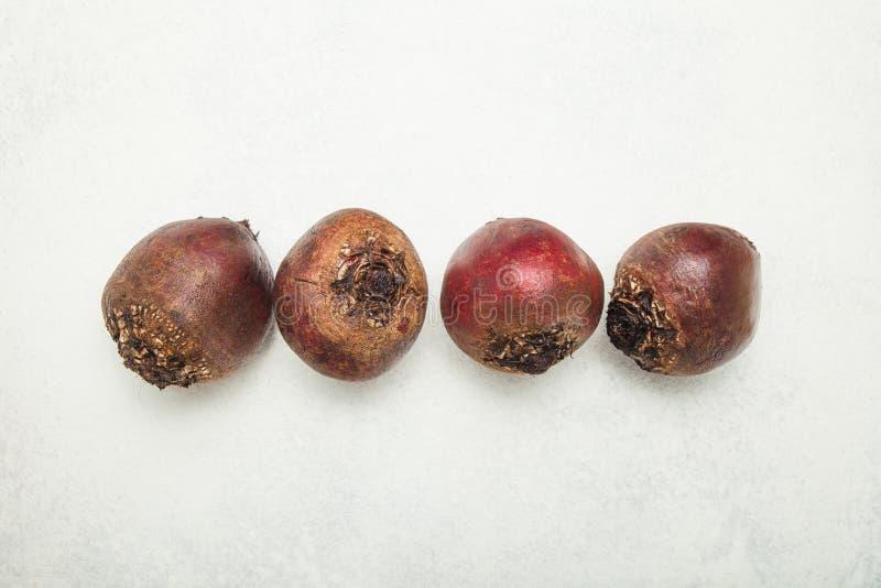 Quatre betteraves rouges organiques sur un fond blanc images stock