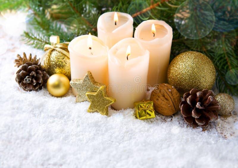 Quatre bougies d'avènement et décorations brûlantes de Noël photographie stock libre de droits