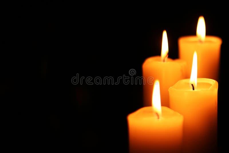 Quatre bougies d'escalier photos stock