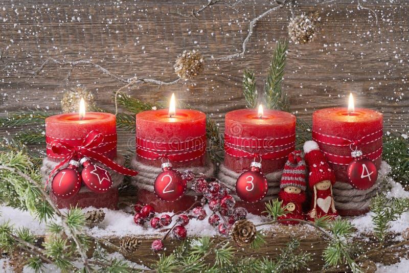 Quatre bougies de Noël images stock