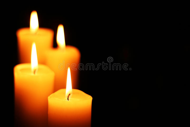 Quatre bougies laissées sur des escaliers photographie stock libre de droits