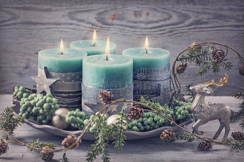 Quatre bougies vertes de Noël photos stock