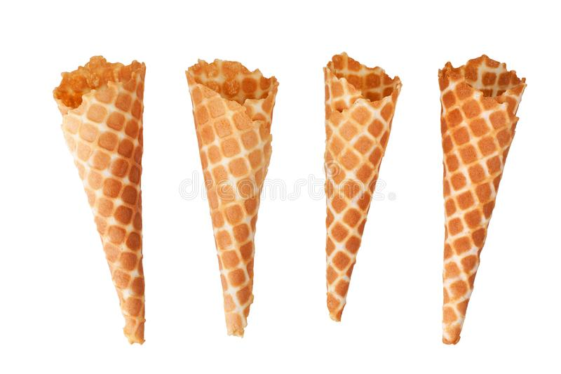 Quatre cônes croustillants d'or de gaufre de crème glacée sur la vue supérieure d'isolement par fond blanc de plan rapproché photos stock