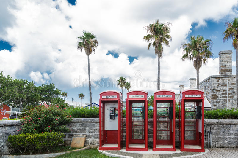 Quatre cabines de téléphone rouges sur les Bermudes images libres de droits