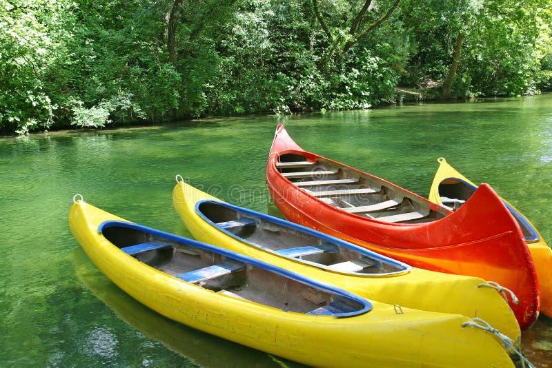 Quatre canoës en plastique images libres de droits