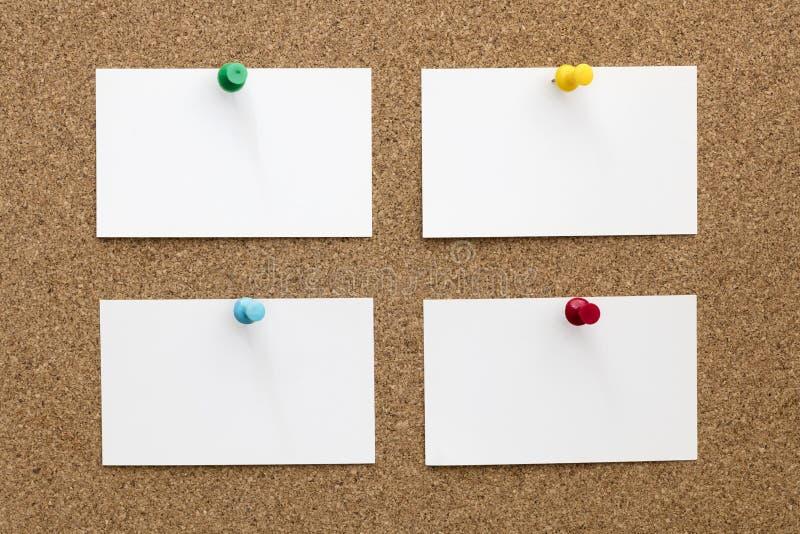 Quatre cartes de visite professionnelle vierges de visite goupillées à Cork Board photo stock