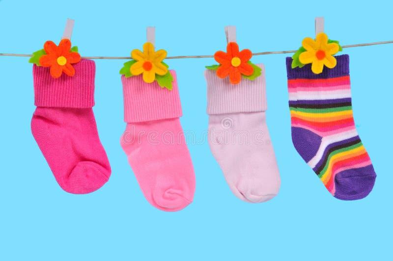 Quatre chaussettes sur une chaîne de caractères images stock