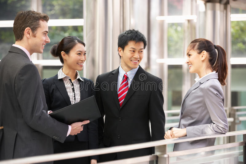 Quatre collègues d'affaires ayant la discussion image stock