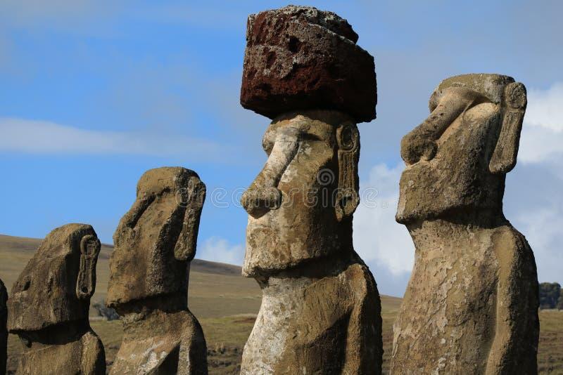 Quatre de quinze statues énormes de Moai de plate-forme cérémonieuse d'Ahu Tongariki sur le site archéologique d'île de Pâques, l photographie stock libre de droits