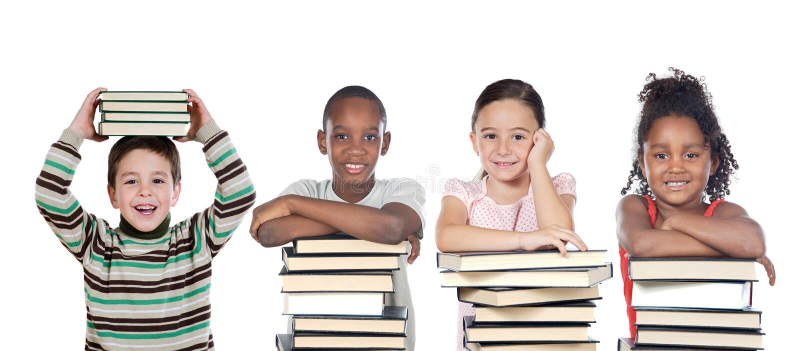 Quatre enfants drôles avec beaucoup de livres photos stock