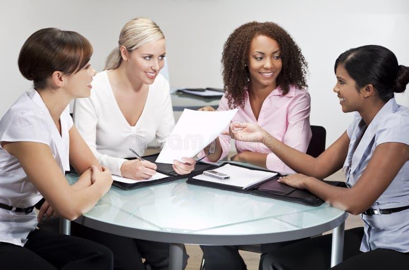 Quatre femmes d'affaires modernes lors du contact de bureau photographie stock libre de droits