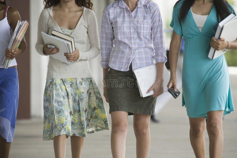 Quatre filles d'adolescent de lycée. photographie stock