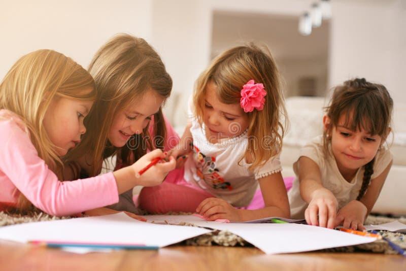 Quatre filles se trouvant sur le plancher photos libres de droits