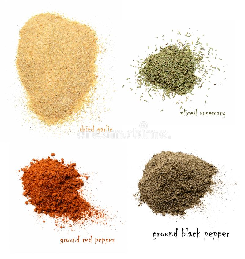 Quatre genres d'épices sèches Ail sec, romarin coupé, poivron rouge moulu, poivre noir moulu images stock