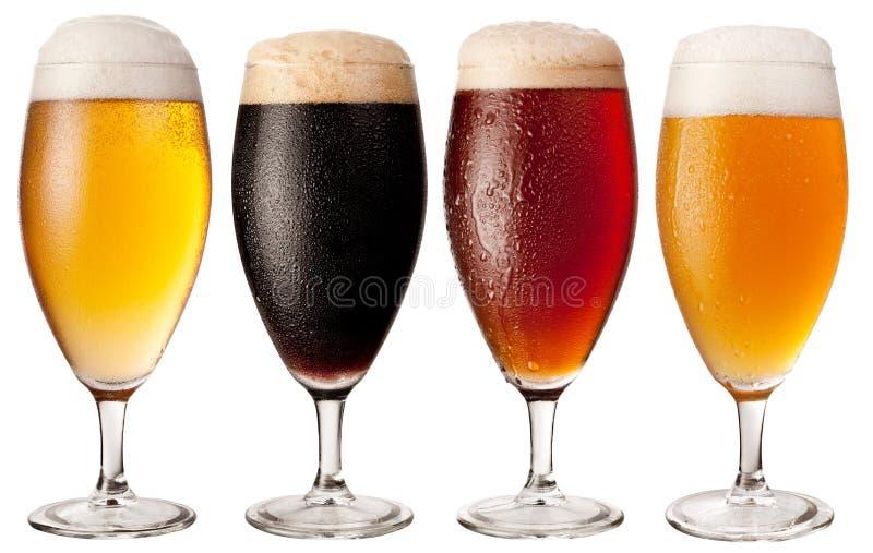 Quatre glaces avec différentes bières. photo stock