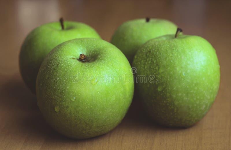 Quatre grandes pommes vertes photographie stock