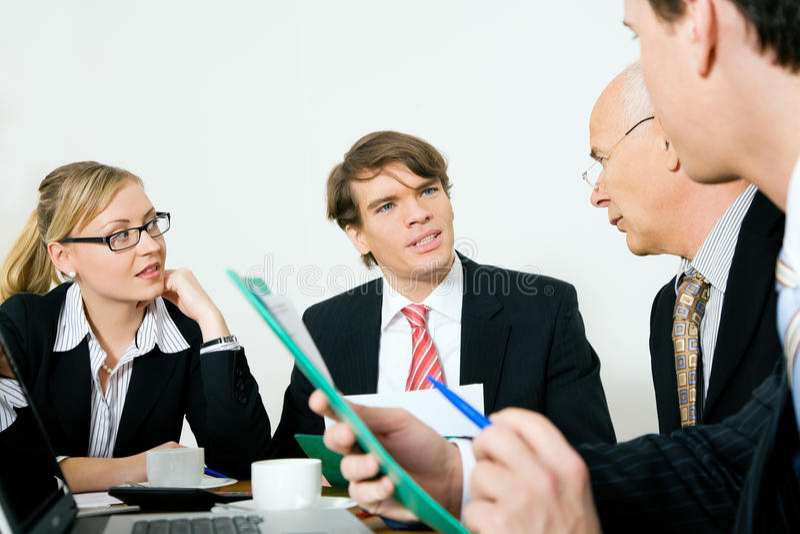 Quatre hommes d'affaires lors d'un contact images stock