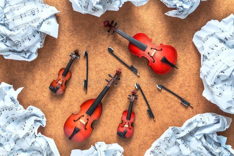 Quatre instruments musicaux d'orchestre de ficelle : violon, violoncelle, contrebasse, alto et musique de feuille chiffonnée se t photo stock