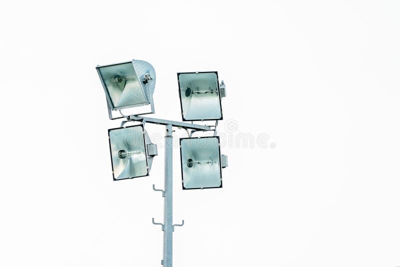 Quatre lumières puissantes sur un champ de sports photographie stock libre de droits