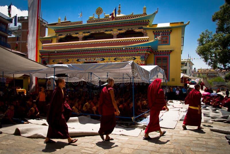 Quatre moines bouddhistes de Boudhanath, Katmandou, Népal photographie stock libre de droits