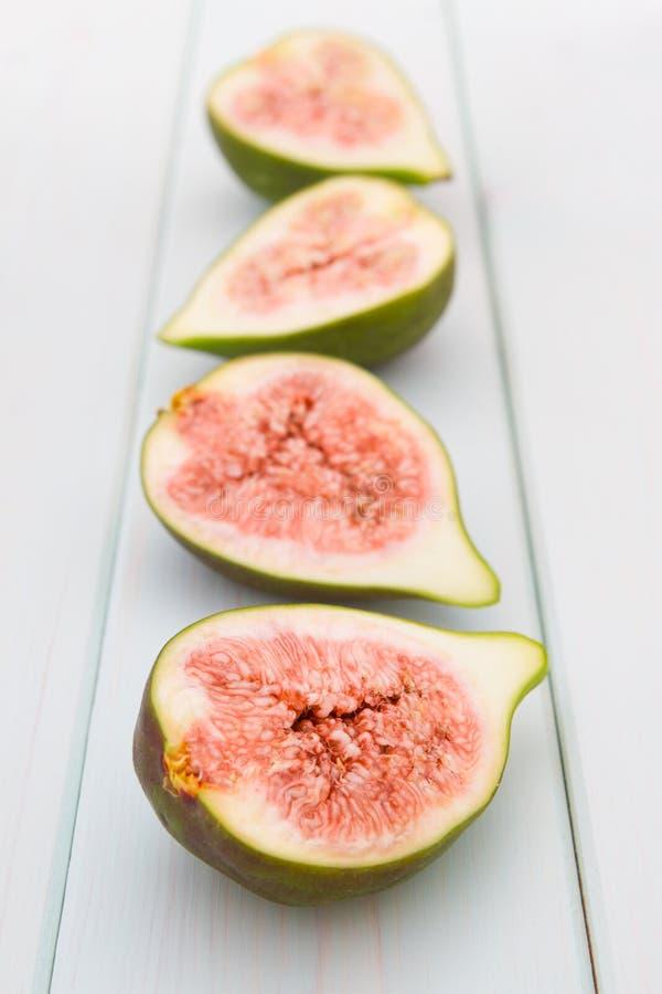 Quatre moitiés des figues fraîches photo stock