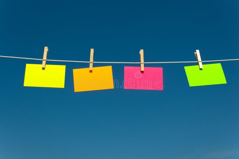 Quatre notes sur une corde à linge photographie stock libre de droits