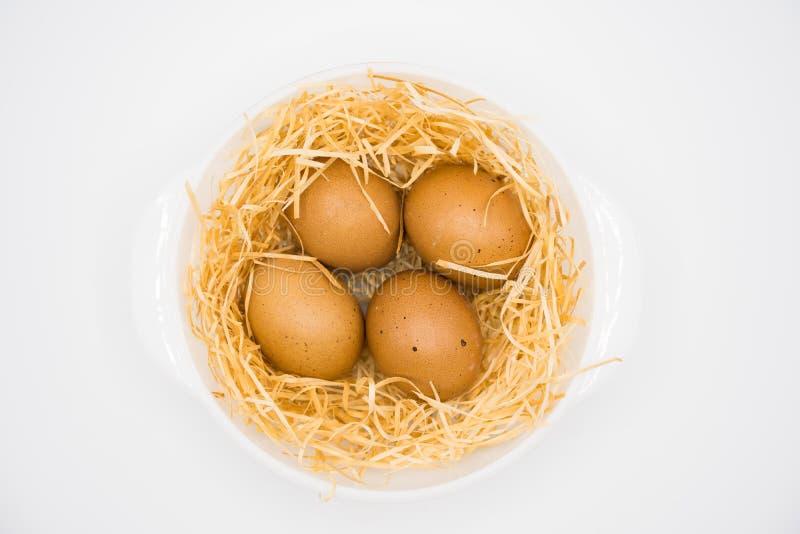quatre oeufs avec le nid images stock