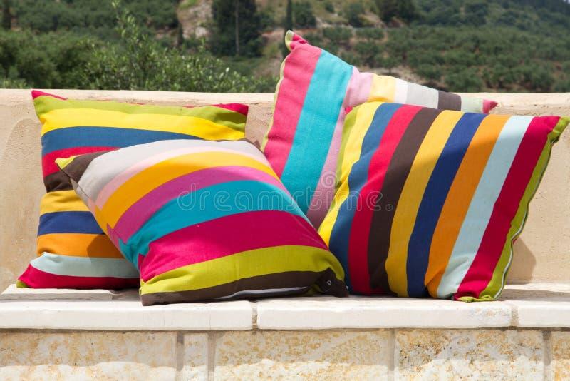 Quatre oreillers rayés colorés photographie stock