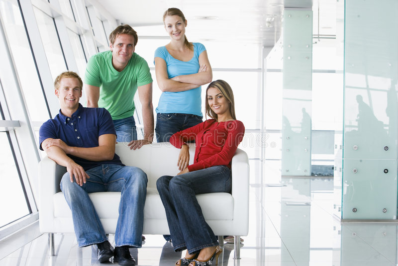 Quatre personnes dans le sourire d'entrée image stock