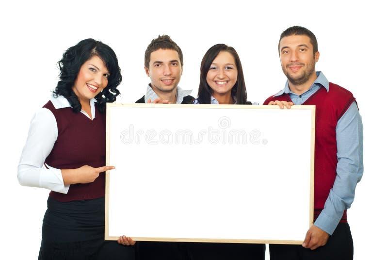 Quatre personnes heureuses avec le panneau-réclame photos libres de droits