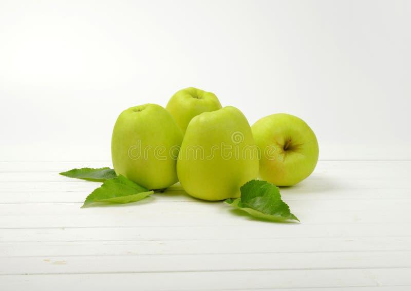 Quatre pommes vertes photographie stock