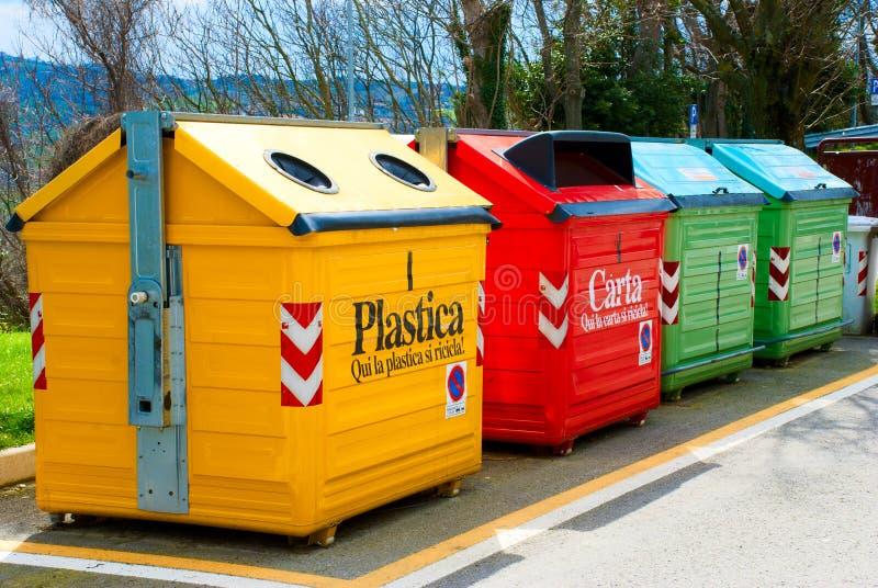 Quatre poubelles de couleur photographie stock