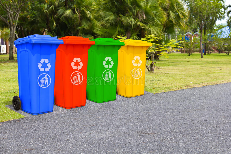 Quatre poubelles de couleur photo stock