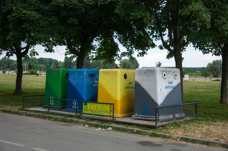 Quatre poubelles de couleur (poubelle de déchets) images stock