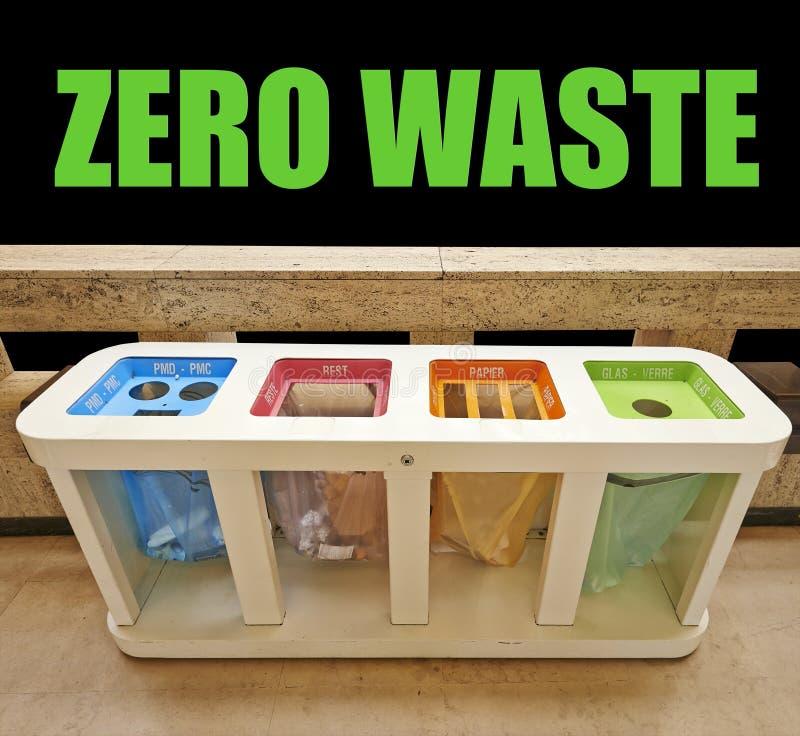 Quatre poubelles de couleur, zéro concepts de rebut photographie stock