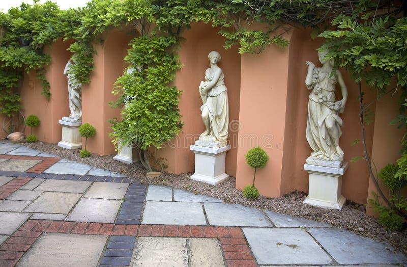 Quatre statues d'albâtre des femmes images libres de droits