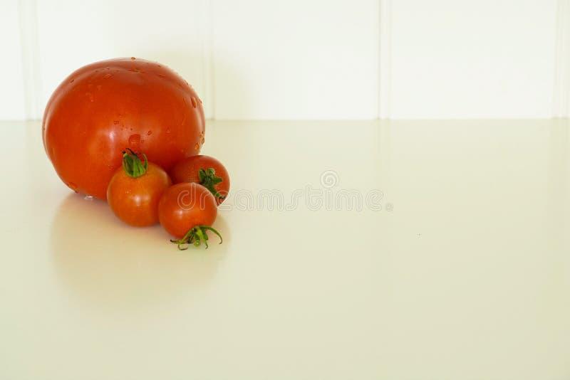 Quatre tomates rouges fraîches du jardin images libres de droits