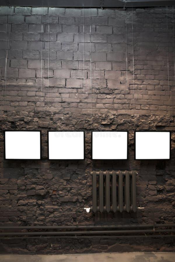 Quatre trames vides sur le mur de briques image stock