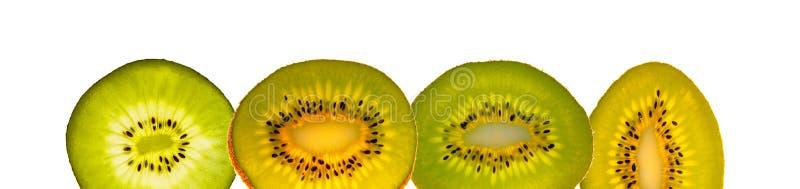 Quatre tranches vertes et d'or fraîches délicieuses de kiwi d'isolement au fond blanc, plan rapproché, détails images libres de droits