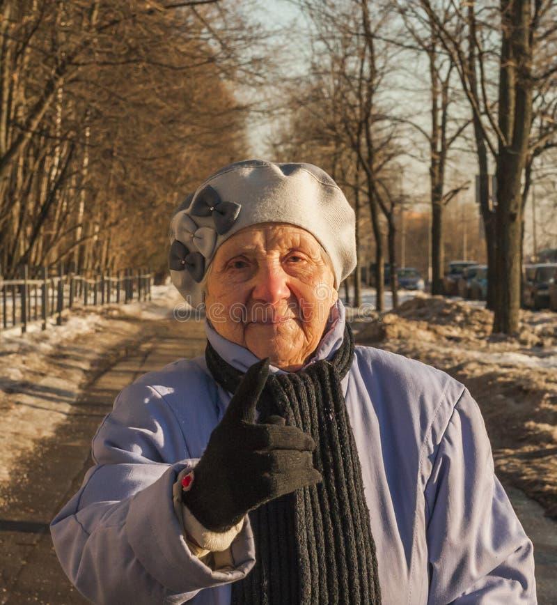 Quatre-vingt-dix ans de dame âgée stricte photographie stock libre de droits