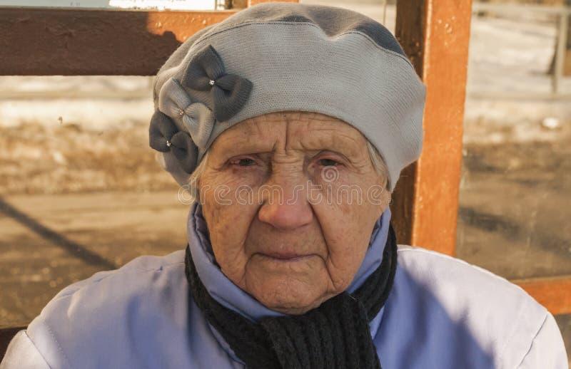 Quatre-vingt-dix ans de dame âgée stricte photos stock